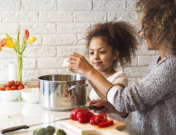 femme-fille-cuisine-légumes-santé-Aprifel